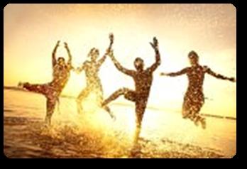 Vign_18621001-groupe-de-jeunes-gens-heureux-dansent-et-la-pulverisation-a-la-plage-au-coucher-du-soleil-bel-ete